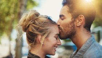 Как он себя ведет, когда тайно влюблен в вас, на основании стихии его знака Зодиака