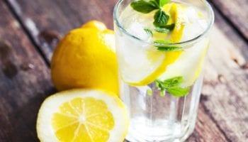 Теплая вода с лимоном натощак: почему она полезна